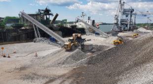 Mobile stacker conveyors for shiploading